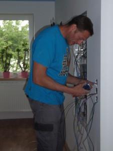Elektriker bei der Montage